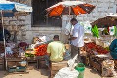 Oude Stadsmarkt onder heldere zon Stock Afbeeldingen