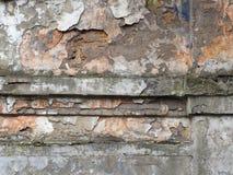 Oude stadsmuur, het grijze een pleister afbrokkelen en strook roze oude lagen, decoratieve abstracte achtergrond Stock Fotografie