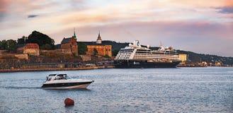 Oude Stadspijler met varend schip in Oslo, Noorwegen stock foto