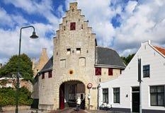 Oude stadspoort en fietser in Zierikzee royalty-vrije stock afbeelding