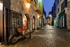 Oude stadsstraat bij nacht Stock Foto