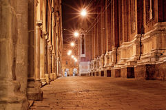 Oude stadsstraat bij nacht in Italië Stock Foto