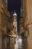 Oude stadsstraat en klokketoren Royalty-vrije Stock Fotografie
