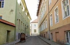 Oude stadsstraat met verlaten jol royalty-vrije stock fotografie