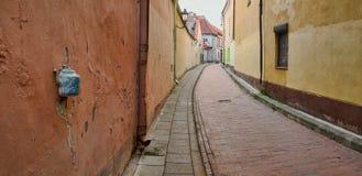 Oude stadsstraat in Vilnius, Litouwen Stock Foto