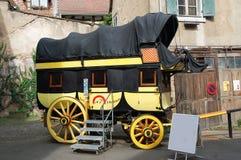Oude stagecoach in de stad Riquewihr, Frankrijk Stock Afbeeldingen