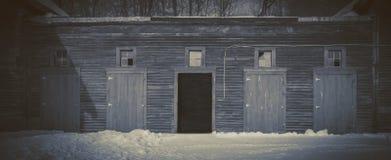 Oude staldeuren bij nacht Stock Afbeeldingen