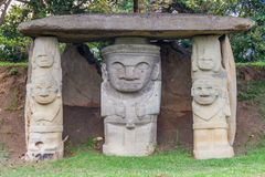 Oude standbeelden in archeologisch park in San Agustin stock fotografie
