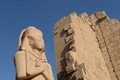 Oude standbeelden in Karnak Stock Fotografie