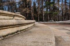 Oude stappen van de ingang aan het paleis in perspectief stock foto
