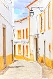 Oude stedelijke straat in Evora. Alentejo, Portugal stock afbeeldingen
