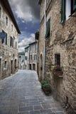 Oude steeg (Montalcino. Toscanië, Italië) stock foto