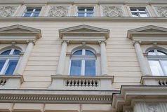 Oude steen de bouwvensters in Lviv Stock Afbeelding