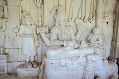 Oude steen gebogen beeldhouwwerken van Hindoese Goden en godin Stock Foto's