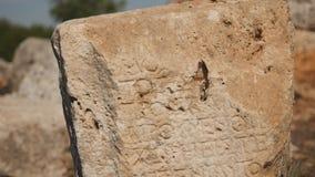 Oude steen met gravure in Lyrboton stock footage