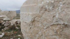Oude steen met Grieken die in Sagalassos snijden stock footage