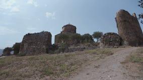 Oude steen Orthodoxe kerk bovenop een heuvel Jvariklooster dichtbij Mtskheta, oostelijk Georgië stock video