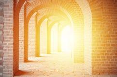 Oude steenbogen en zonneschijn Stock Afbeelding