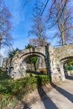 Oude steenbrug met twee bogen in het Proosdij-park stock afbeeldingen