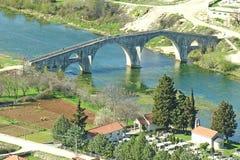 Oude steenbrug op rivier van Trebisnjica Royalty-vrije Stock Afbeelding