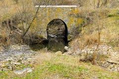 Oude steenbrug over kleine stroom Royalty-vrije Stock Fotografie