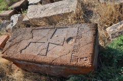 Oude steengrafsteen in de begraafplaats in het dorp van Lusarat armenië Stock Foto's