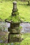 Oude Steenlantaarn bij Japanse Tuin Stock Foto