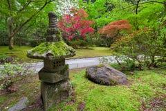 Oude Steenlantaarn in Japanse Tuin Stock Foto