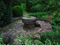 Oude steenlijst in het park stock fotografie
