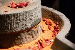 Oude steenmolen die de peper van Sichuan malen stock fotografie