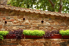 Oude steenmuur met betegeld dak Royalty-vrije Stock Foto
