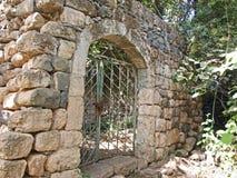 Oude steenmuur met metaaldeur Royalty-vrije Stock Foto's