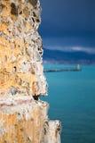 Oude steenmuur in nadruk en turkooise overzees Stock Foto