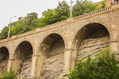 Oude steenmuur van de brug stock fotografie