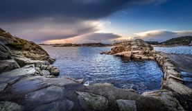 Oude Steenpijler op Helleviga-recreatiegebied, blauw uur in Zuid-Noorwegen Royalty-vrije Stock Afbeelding