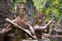 Oude oude steenstandbeelden in Geheime Boeddhisme Magische Tuin, Koh Samui, Thailand royalty-vrije stock fotografie