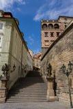 Oude steentrap die tot het Kasteel van Praag, Hradcany, Praag, Bohemen, Tsjechische Republiek leiden stock fotografie