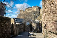 Oude Steentrap met het Kasteel op Achtergrond in Edinburgh op een Duidelijke de Winterdag stock foto's