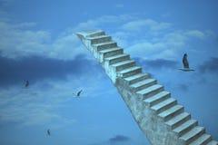 Oude steentreden aan hemel met vliegende vogels royalty-vrije stock afbeelding