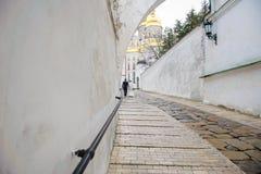 Oude steenweg aan het klooster Stock Afbeelding