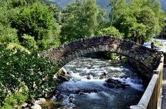 Oude stenen over stroomversnelling Andorra Stock Fotografie