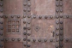 Oude sterke slot en gietijzerklink met speakeasy venster Stock Foto's
