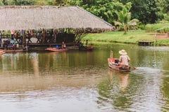 Oude stijl en traditionele Thaise manier om voedsel van kleine boot in de rivier te verkopen royalty-vrije stock afbeeldingen
