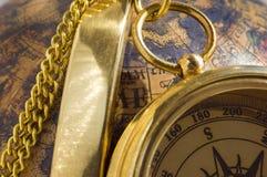 Oude stijl gouden kompas & bol royalty-vrije stock fotografie