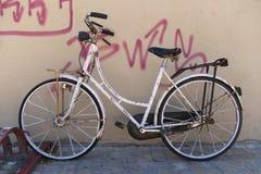 Oude stijl roestige fiets royalty-vrije stock fotografie