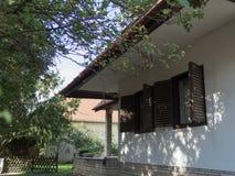 Oude stijl uitstekende vensters met blinden Stock Fotografie