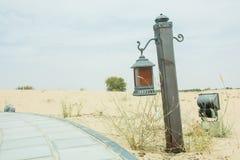 Oude stijlaansteker in de woestijn dichtbij manier Stock Afbeeldingen