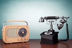 Oude stijlfoto Uitstekende Telefoon en Radio Stock Foto's
