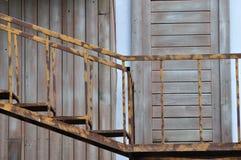 Oude stijlladder en houten deur Stock Foto's
