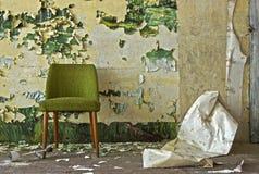 Oude stoel afgeschilferde muur Stock Foto's
